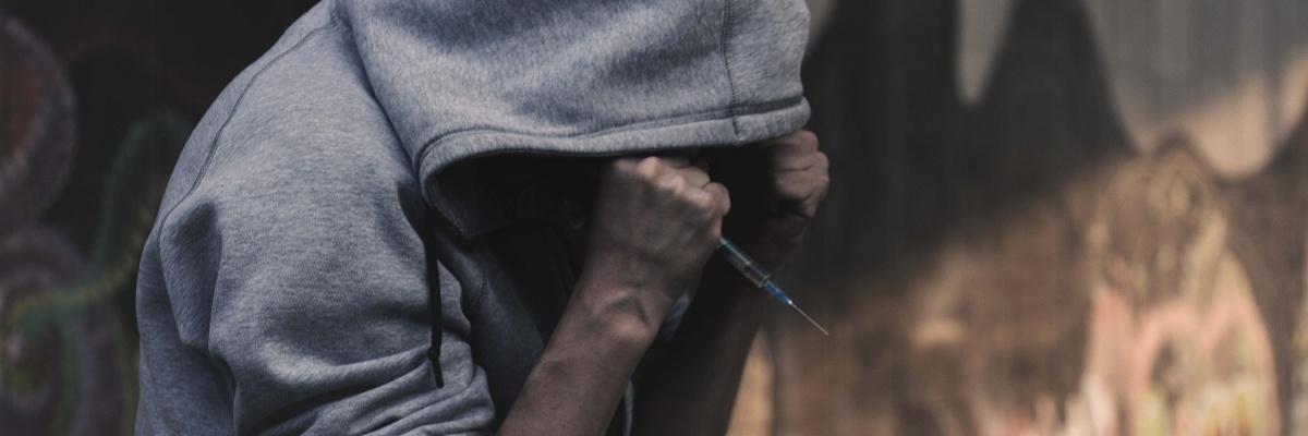 Fyzická závislosť na liekoch sa prejavuje rovnako ako závislosť na drogách.